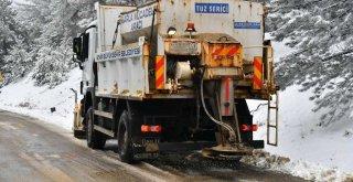 İzmir Büyükşehir Belediyesi ekipleri kapanan yolları trafiğe açtı