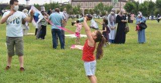 Baba-çocuk uçurtma keyfi