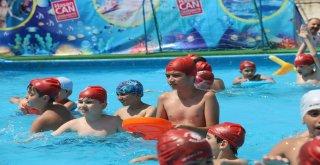 Ümraniyeli Çocuklar Yazın Keyfini Havuzda Çıkarıyor