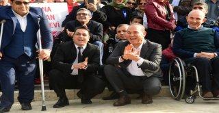 Engelli Çocukların Zeybek Gösterisini Başkan Sözlü, Diz Kırıp İzledi
