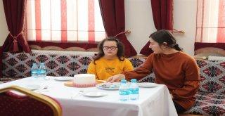Arnavutköy'de  Çocuklar Pasta Süsledi