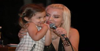 Ömür Gedik Şarkılarını Anneler İçin Söyledi