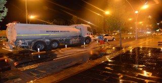 Bayram öncesi cadde ve bulvarlar yıkanıyor