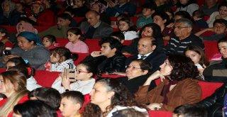AKBEM'li öğrencilere tiyatro hediyesi