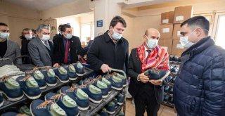 Başkan Soyer: İzmir'in arka sıralarındaki çocukların botlarını buradan alacağız