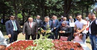 Cumhurbaşkanı Yardımcısı Fuat Oktay ve Başkan Hasan Can Ümraniye Kocatepe Şehitliğini Ziyaret Etti