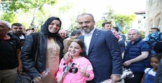 Başkan Aktaş'tan annelere karanfil