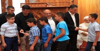 Başkan Hasan Can Bayram Namazı Sonrası Ümraniyelilerle Bir Araya Gelerek Bayramlarını Kutladı