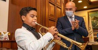 Yetenekli Zeki'ye Başkan Soyer'den trompet