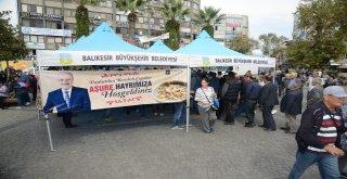 Balıkesir Büyükşehir Belediyesi tarafından aşure hayırları tüm hızıyla sürüyor. Balıkesir merkez ve Bandırma'da gerçekleştirilen aşure hayrı, dün de Edremit Cumhuriyet Meydanı'nda oldukça geniş bir ka