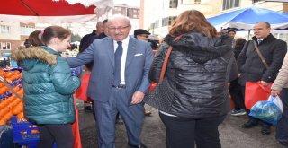 Başkan Kadir Albayrak Pazarda Bez Çanta Dağıttırdı