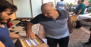 Ümraniye Belediyesi Bu Bayramda da Camilerde Çikolata Dağıttı