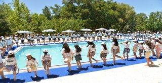 Kız çocukları tatilin keyfini çıkarıyor