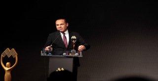 Başkan Sözlü'ye Bir Ödül Daha Başkan Sözlü'ye 'Yılın Belediye Başkanı' Ödülü