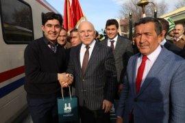 Başkan Sekmen, Doğu Ekspresi'nin yolcularına  Erzurum'u tanıttı.