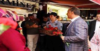 Bağcılar Belediyesi Zabıta Personeli Esnafa Ve Vatandaşa Karanfil Dağıttı