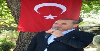 Adanalıların Başkan Sözlü Sevgisi Yol Kestiriyor  Traktörle Makam Aracının Önünü Kesti, Sarılıp Meyve İkram Etti