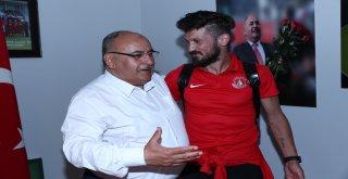 Başkan Hasan Can Galibiyet Sonrası Ümraniyesporlu Futbolcularla Bir Araya Geldi