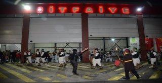 Balıkesir'de İtfaiye Haftası nedeniyle düzenlenen etkinlikler tüm hızıyla sürüyor. Son olarak önceki gün akşam saatlerinde Karesi İtfaiye Grup Amirliği'nde itfaiyeciler ve aileleri düzenlenen yemekte