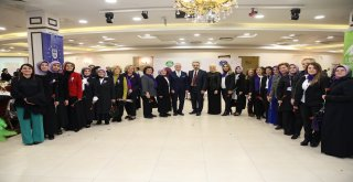 Başkan Aktaş'tan kadınlara karanfil