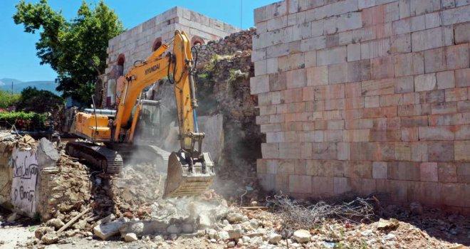 Bursa'da surları kuşatan binalar kaldırıldı