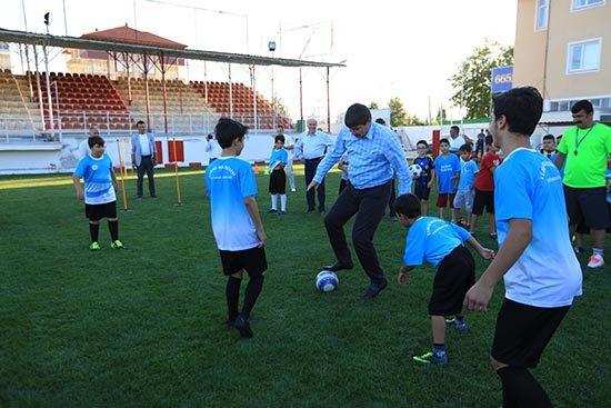 Başkan Türel, Elmalı'da gençlerle maç yaptı