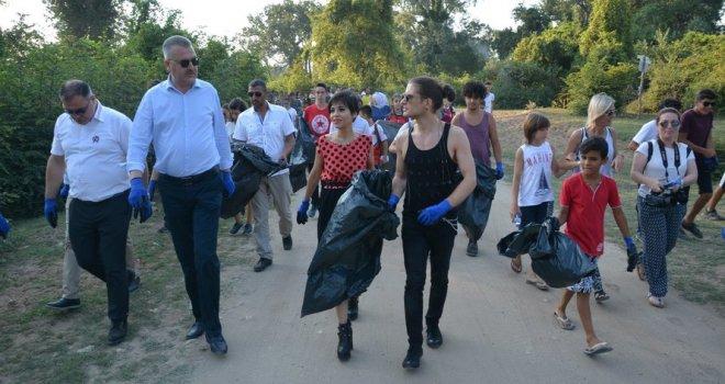 Aydilge Longoz'da çöp topladı