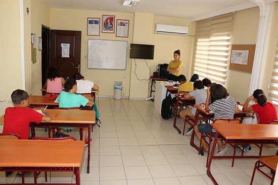 AKBEM'de Yaz kursları, hem öğretiyor hem eğlendiriyor
