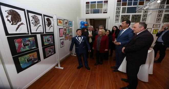 """Başkan Yılmaz """"Benim özel dünyam"""" sergisini açtı"""
