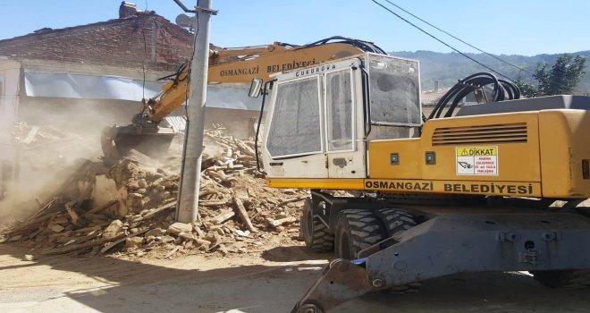 Tehlike Saçan Metruk Bina Yıkıldı