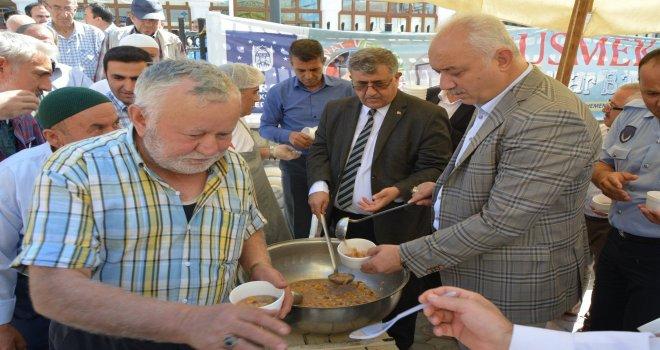 Belediye Başkanımız İrfan Tatlıoğlu, Muharrem ayı dolayısıyla Merkez Durdubey Cami önünde cuma namazı sonrası vatandaşlarımıza aşure ikramında bulundu.