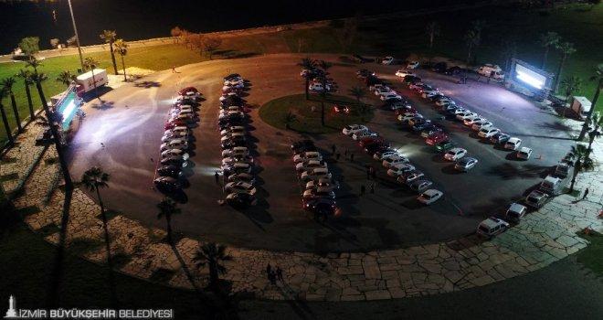 İzmir'de arabada sinema keyfi