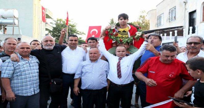 Büyükşehir Belediyesi Dünya Şampiyonunu Havaalanında Karşıladı