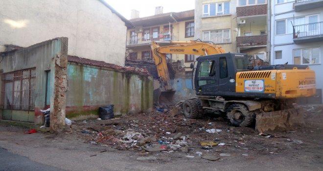 Kayhan'daki Metruk Bina Yıkıldı