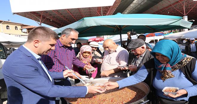 Başkan Ercengiz, halk pazarında aşure dağıttı
