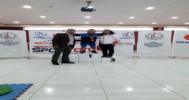 Engelli Genç Ağırlığının 2 Katından Fazla Kaldırıp Şampiyon Oldu